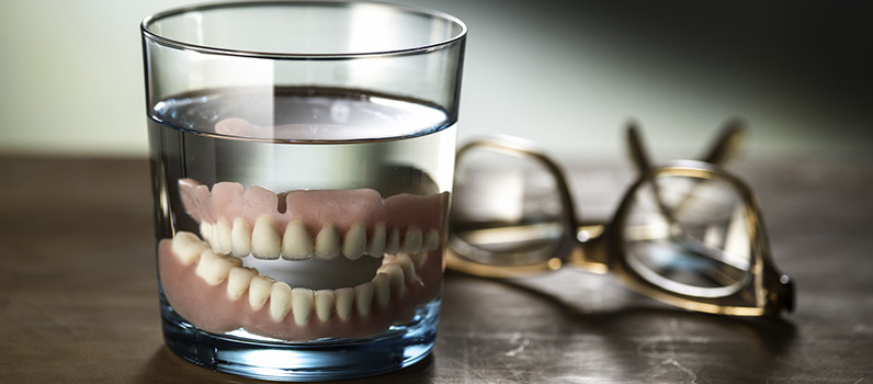 Tooth_loss_dentures_in_glass